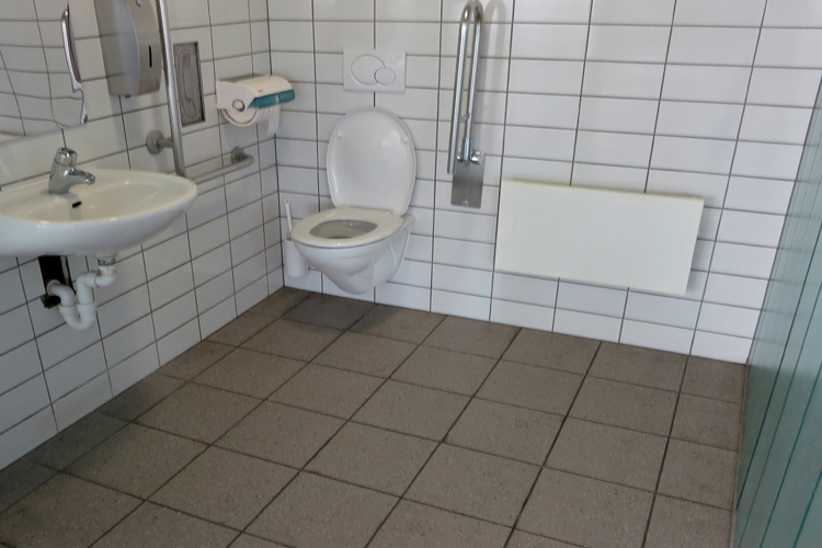 Öffentliche rollstuhlgerechte WC Parkhaus bei Haltestelle Vaduz Post
